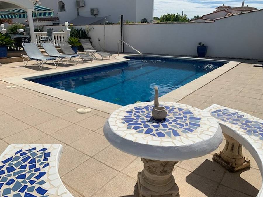 Beautiful single storey villa in Empuriabrava with a large terrace, pool and garaje.