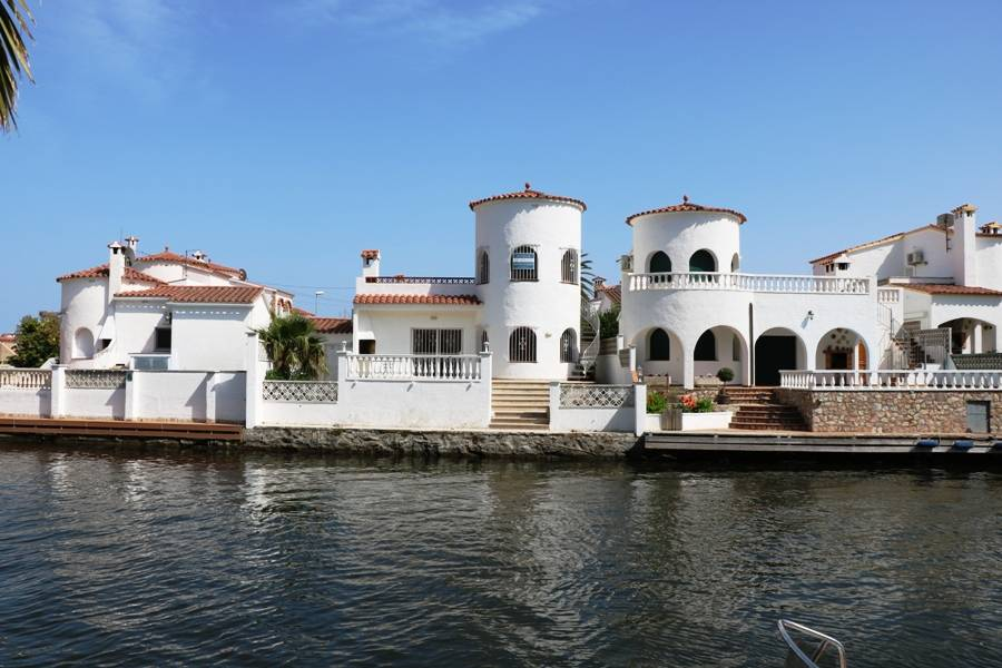 OPPORTUNITY !!!! Charming typical house of Empuriabrava with 3 bedrooms and mooring 13m