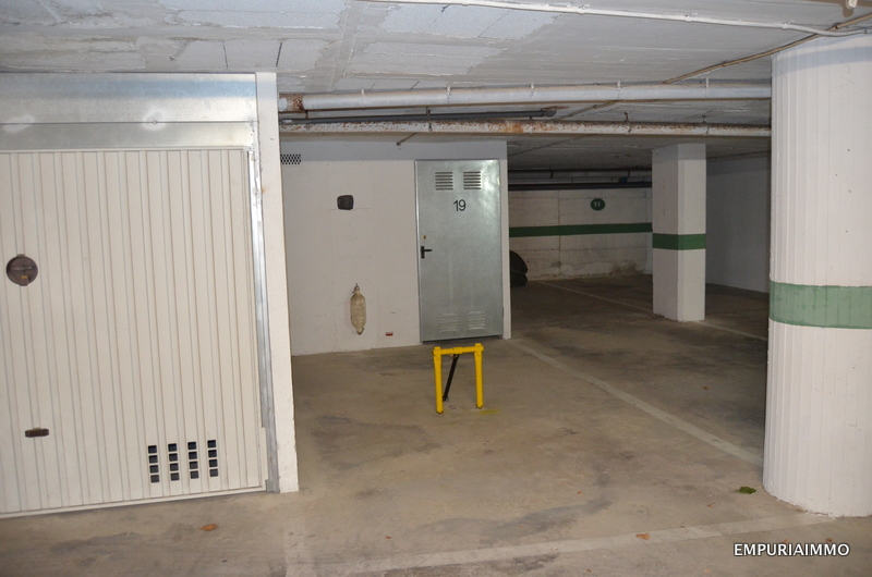 Garage and parking at Club Nautic