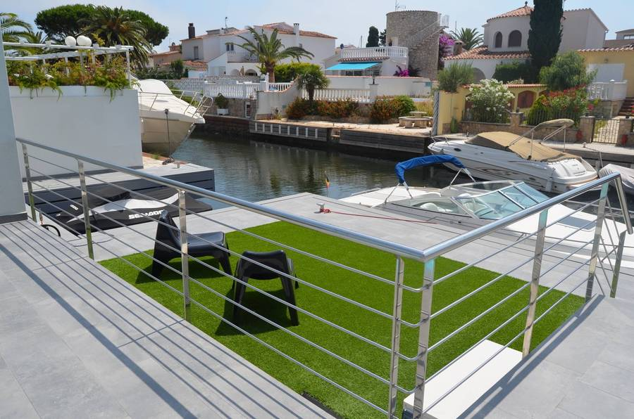 Exceptional villa on canal , 5 bedrooms with swimming pool, south