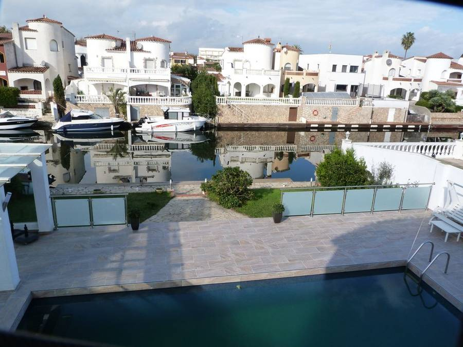 Large 6 bedroom villa, 16m mooring, wide canal