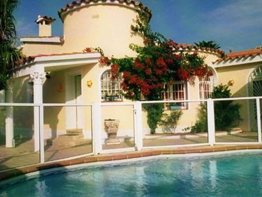 Superb single storey villa just steps from the beach of Empuriabrava